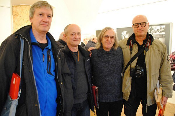 Ocenení fotografi. Ľudovít Hruška (zľava), Alexander Daňo, porotca Igor Šimko aVladimír Vajs.