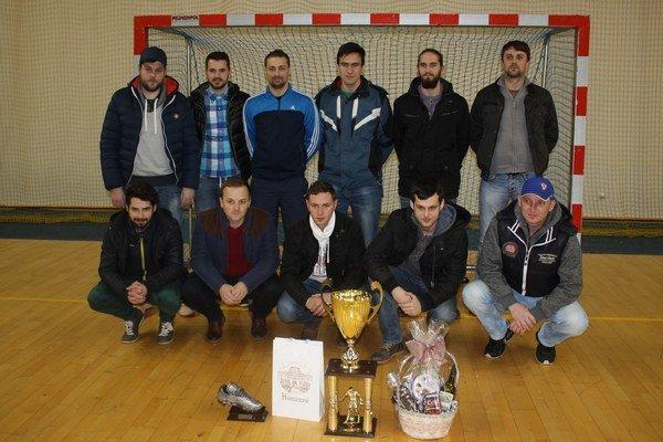 Creaton H&L tesárstvo po nedávnom víťazstve v Mestskej futsalovej lige vHumennom.