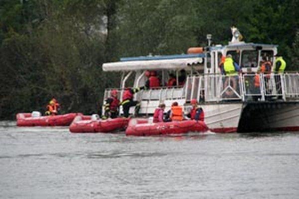 Hasiči si počas cvičenia vyskúšali záchranu ľudí z lode.