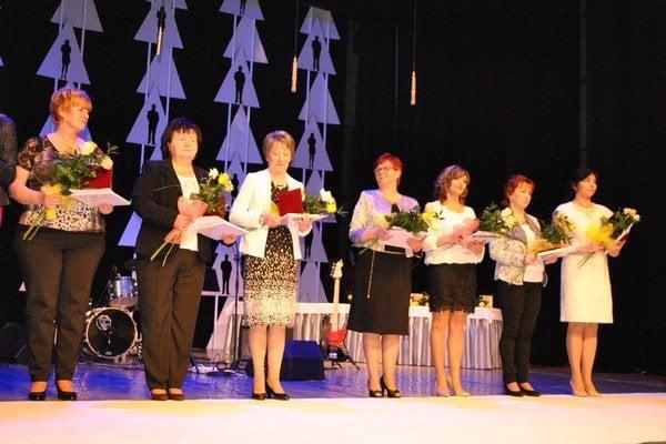 Ocenené učiteľky materských škôl. Plakety si prevzali počas slávnostného aktu.