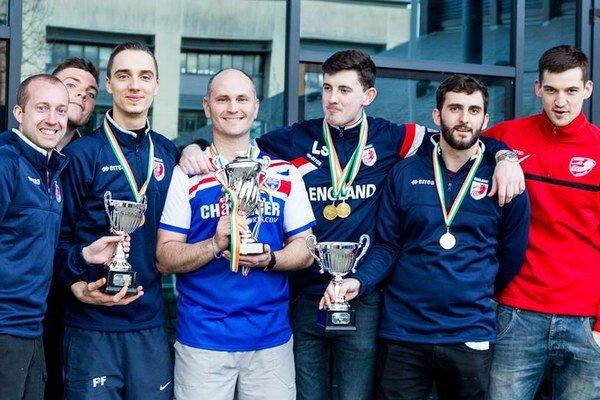 Vodca Angličanov. Marek Tomčišák (uprostred) svíťaznou trofejou.