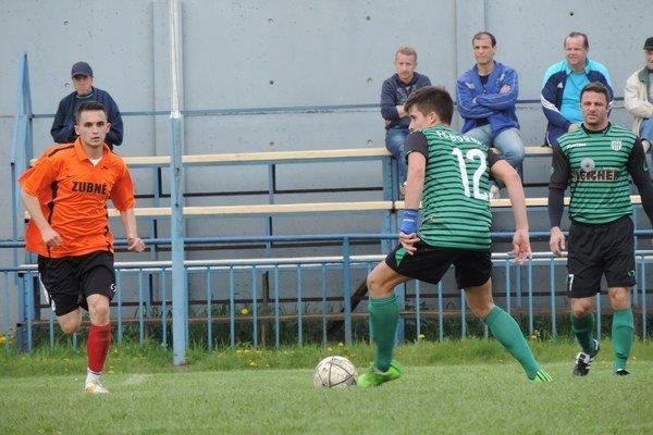 V zápase Borov–Zubné padlo päť gólov. Na snímke Dárius Popík vzelenom drese.