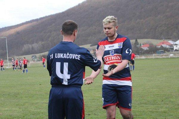 Hráči Lukačoviec. Vonku remizovali.