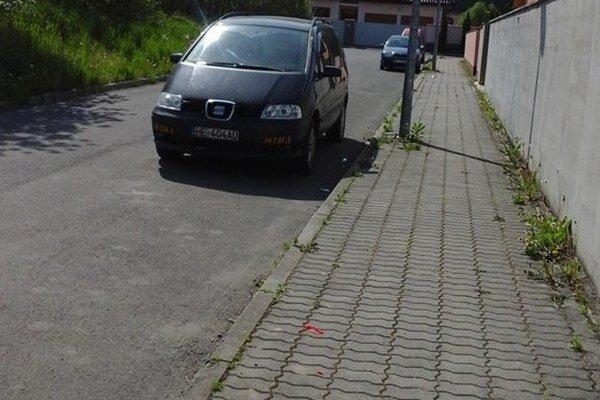Každý chce parkovať pred domom. Neďaleko je záchytné parkovisko.
