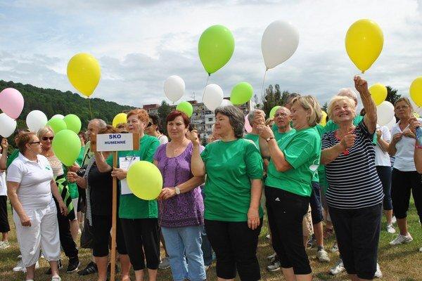 Humenčania vypustili do neba desiatky balónov.