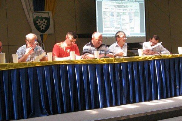 Vedenie zväzu. Zľava Milan Kováč (člen výkonného výboru), Marián Škuba (člen výkonného výboru), Vladimír Pažur (podpredseda ObFZ Humenné), Ladislav Mochnacký (sekretár ObFZ Humenné) a Milan Ruščanský (predseda ŠTK ObFZ Humenné).
