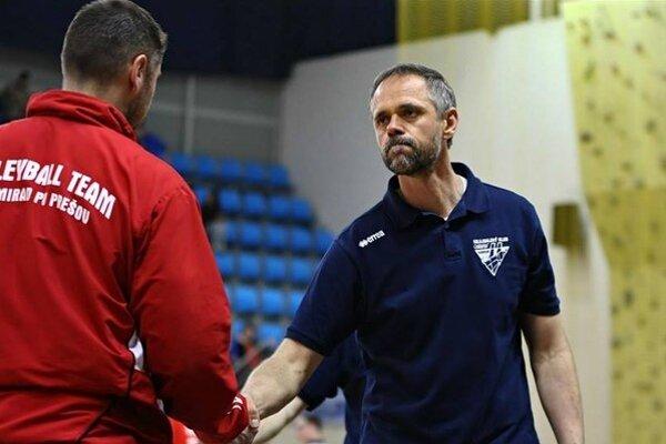 Derby. ŠK Chemes Humenné (tréner Vlkolinský, vpravo) privíta VK PU Mirad Prešov (tréner Šalata).