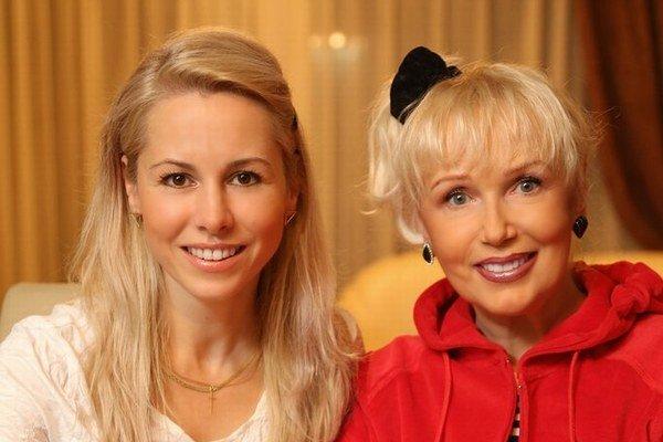Hedviga Hamžíková – Harvánková so speváčkou Marikou Gombitovou.