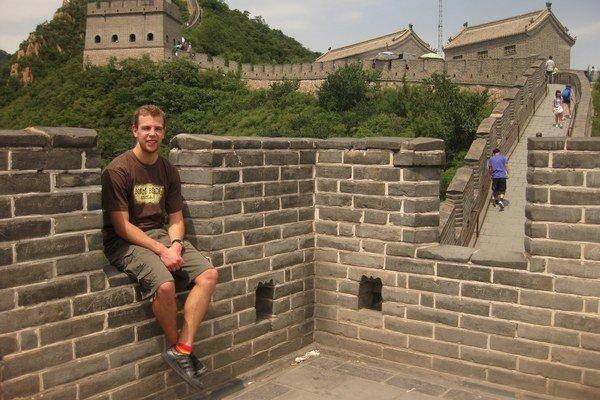 Nemohol ho nenavštíviť. Pózuje na určite najznámejšej čínskej stavbe –  Čínskom múre.