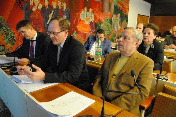 Predseda finančnej komisie Jaroslav Regec (v strede) simyslí, že šetria hlavne poslanci, a nie mestský úrad.