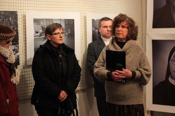 Režisérka. Sestra Ivica Kúšiková (vľavo).