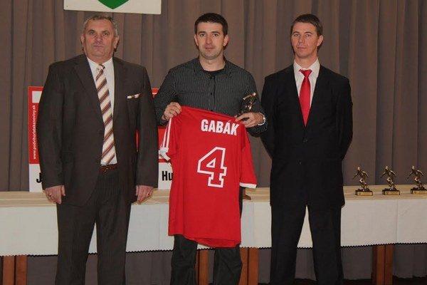 Pavol Roman (vľavo) je jedným z pamätníkov netradičného zápasu v Bratislave s Matadorom.