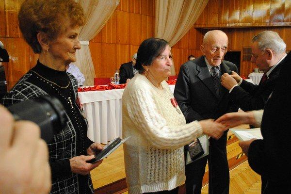 Rozália Bálintová, Mária Poláková a Ján Kormucik.Prevzali ocenenie od predseda SZPB Pavla Sečkára a predsedníčky oblastného výboru Valérie Melníkovej.