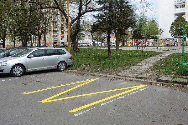 Autá blokovali prístup na chodník. Zabráni im v tom žltá čiara.