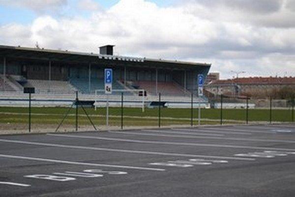 Opravy na humenskom štadióne pokračujú.