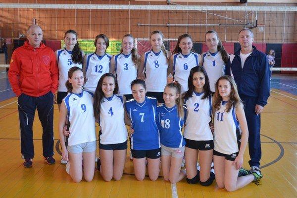 Staršie žiačky MVK Snina. Dnes začínajú volejbalový finálový turnaj.