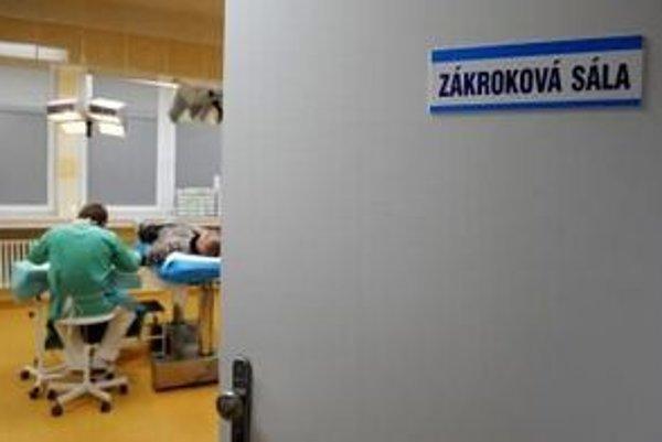 Nemocnice musia šetriť, inak im Všeobecná zdravotná nepridá.