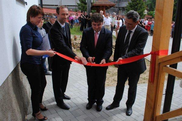 Otvorenie múzea. Pásku prestrihli starosta obce Rastislav Zaremba a zástupcovia švajčiarskeho donora.