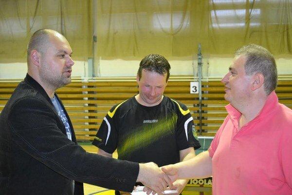 D. Fink z ŠKST Humenné blahoželá k výhre spoluhráčovi M. Bajcurovi. V strede najlepší hráč Sniny J. Jelo.