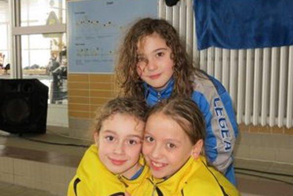 Plavecké talenty. Lenka Melničáková, Sarah Čajbíková a Nina Vološinová.