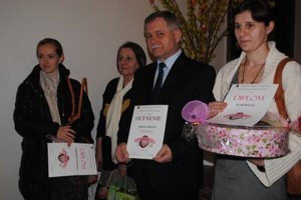 Ocenení. Vladislava Puškárová z Humenného prvá zľava.