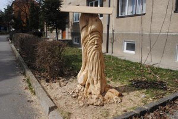 Starec. Z kmeňa spíleného stromu ho vyrezal Vladimír Kužma.