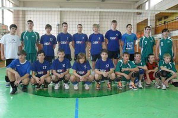 Mladí volejbalisti. V kategórii žiakov odohrali spoločný zápas.