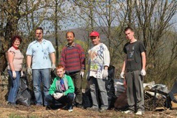 Dobrovoľníci v Kochanovciach. Do čistiacich prác sa zapojili miestni dôchodcovia, červenokrižiaci i rybári.