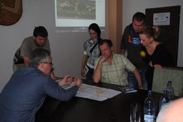 Nad projektom. Občania diskutujú s projektantom.