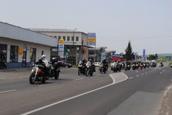 Otvorenie motorkárskej sezóny. Prišlo naň približne štyristo motoriek.