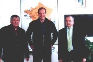Ján Biľo (vpravo) s riaditeľom Tour de France Christianom Prudhomom (uprostred) a Jurajom Takáčom.