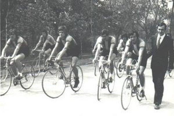 Tréner. Anton Petrušovský s humenskými cyklistami na 1. mája v roku 1975.