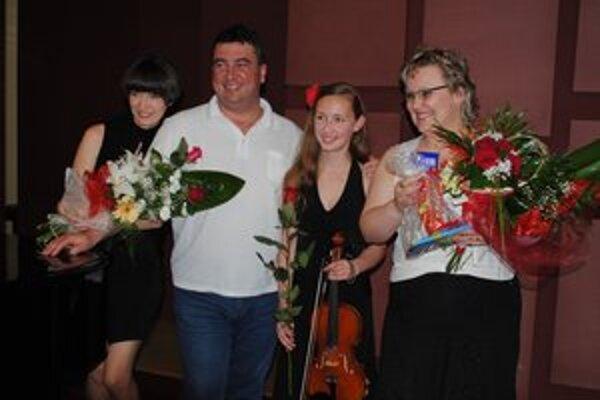 Andrea Astrabová s rodičmi a klaviristkou Petrou Timkovou.