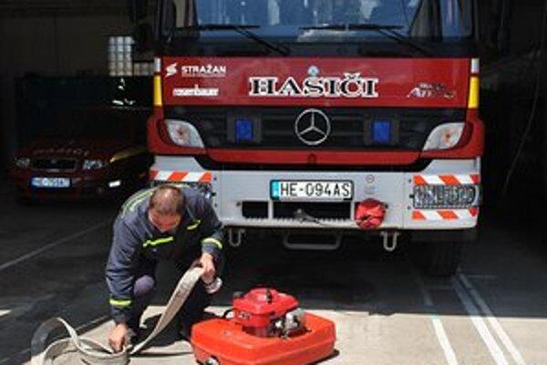 Čerpadlo. Hasiči by privítali, ak by mala každá obec aspoň jedno vlastné. Vodu totiž treba niekedy odčerpávať celé hodiny a hasiči ho požičiavať nemôžu.