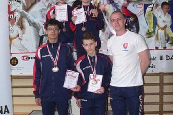 Čierne tigre. Štvorica na turnaji v Poľsku s trénerom Tomášom Potockým.