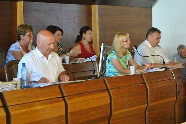Plat ako doteraz. Primátor Štefan Milovčík (vľavo)Poslanci mu odklepli mesačný plat s rovnakým navýšením, aké poberal doteraz.