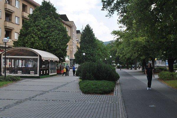 Cestovná kancelária sídli v centre mesta. Zlodejom sa aj tak podarilo vlámať sa dnu a zo steny vylomiť trezor.