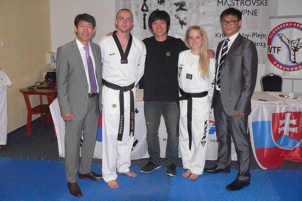 S čiernym opaskom. Dvojica Black Tiger Snina, tréner Tomáš Potocký a reprezentantka klubu Nikola Sidorová s majstrami v taekwondo.