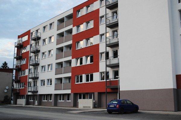 Novostavba. Na Komenského sú nové mestské byty. Jeden by mal slúžiť mestu.