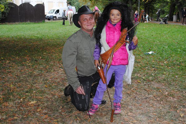 Malá indiánka. Takto štýlovo sa na streľbu z luku s Patrikom Magdoškom pripravila 6-ročná Humenčanka Janka Moskurišinová.