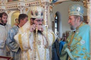 Vladyka Rastislav a Michal Hrustič. Vladyka vyznamenal správcu cirkevnej obce Michala Hrustiča právom nosenia druhého kríža.