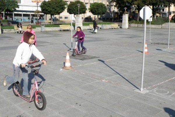Deti na kolobežkách jazdili po dopravnom ihrisku v centre Prievidze.