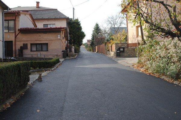 Cesta na Majakovského ulici je konečne bez jám a výtlkov.
