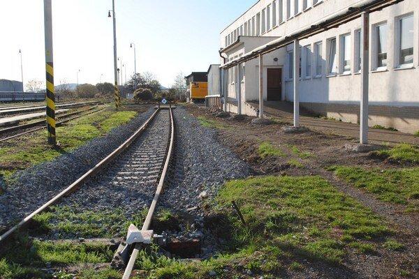 Autorampa bude v týchto miestach. Po terénnych úpravách položili železničiari novú koľaj a zarážadlo.