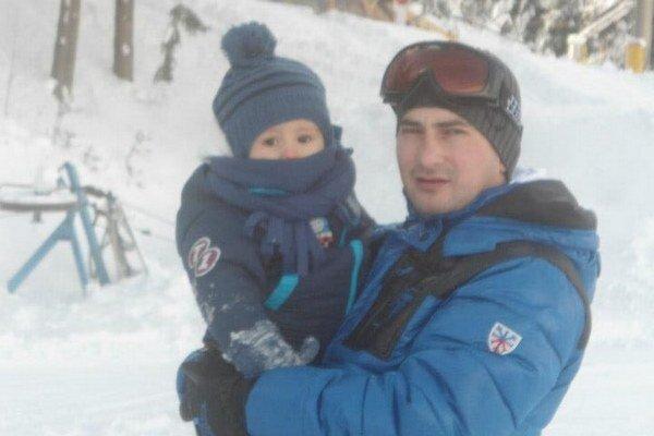 Štefan Mažerik. Jesenný kráľ strelcov II. triedy ObFZ Humenné 2013/2014 má okrem futbalu rád aj zimné športy či chvíle s rodinou. Na snímke so synom Markom.