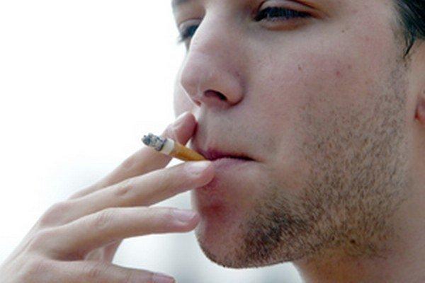 Niektorí fajčiari považujú odhodenie ohorku na zem za normálne.