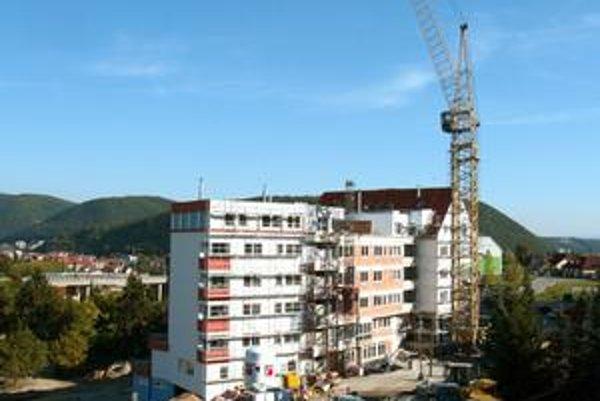 Nových bytov sa stavia menej.