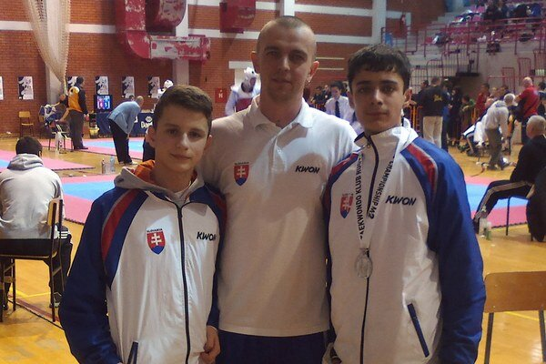 Sninská výprava. Zľava Michal Matiko, tréner Tomáš Potocký a Samuel Kukura.