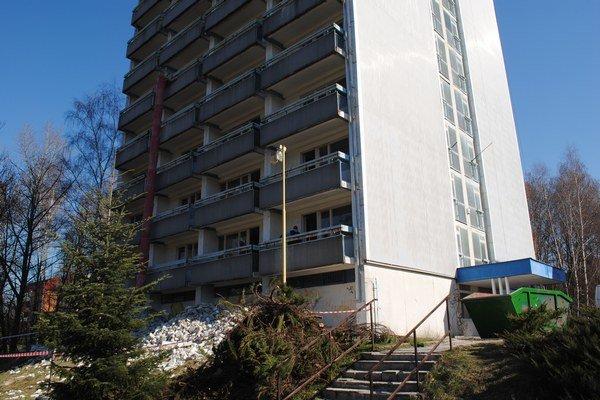 Budova bývalého úradu práce. Vznikne v nej v prvej etape 24 nájomných bytov.