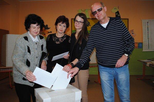 Tri generácie. Rodina Leňovcov prišla k volebnej urne spoločne.
